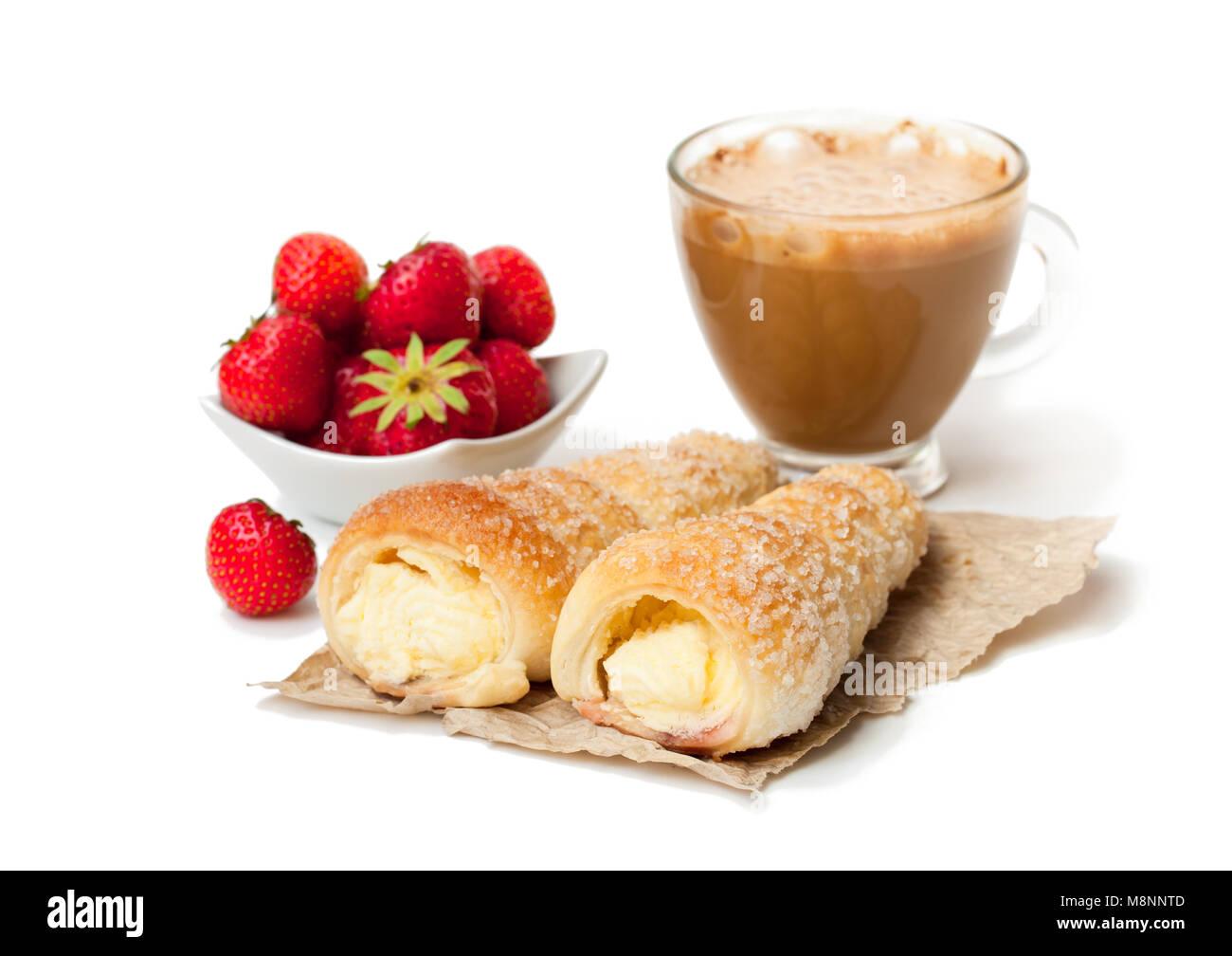 Pasta sfoglia le corna con tazza di cappuccino e fragola isolato su bianco Immagini Stock