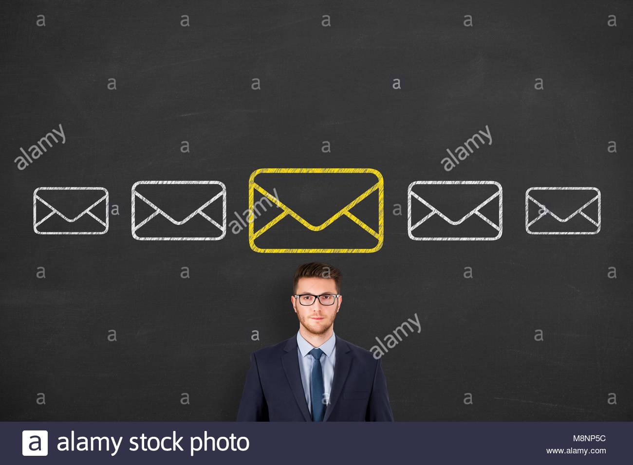 Marketing e-mail, newsletter e bulk mail concetti su lavagna Immagini Stock