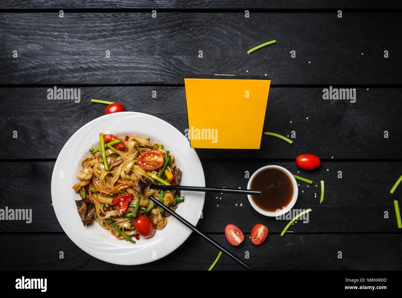 Udon Stir Fry Tagliatelle Con Frutti Di Mare E I Funghi In Una