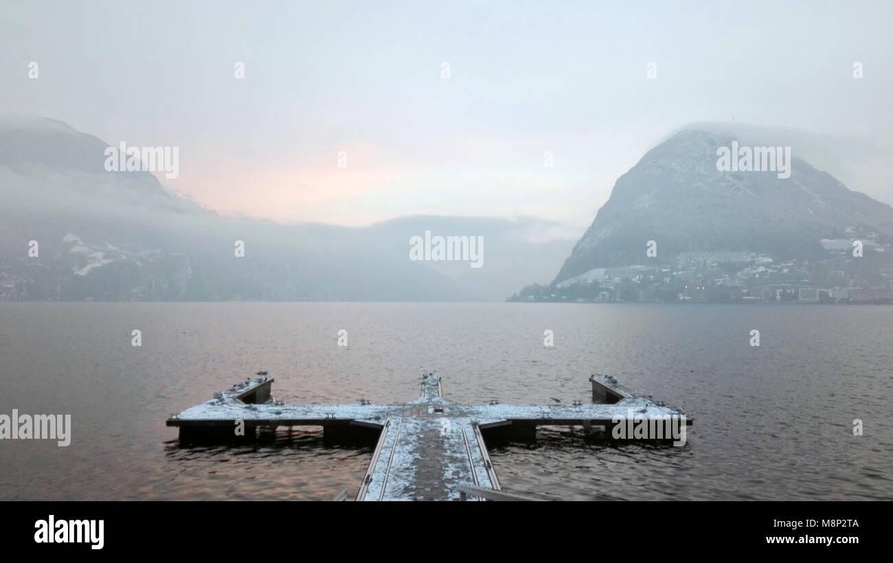 Il lago di Lugano in inverno, concetti di dubbio, scelta, di incertezza, crocevia Immagini Stock