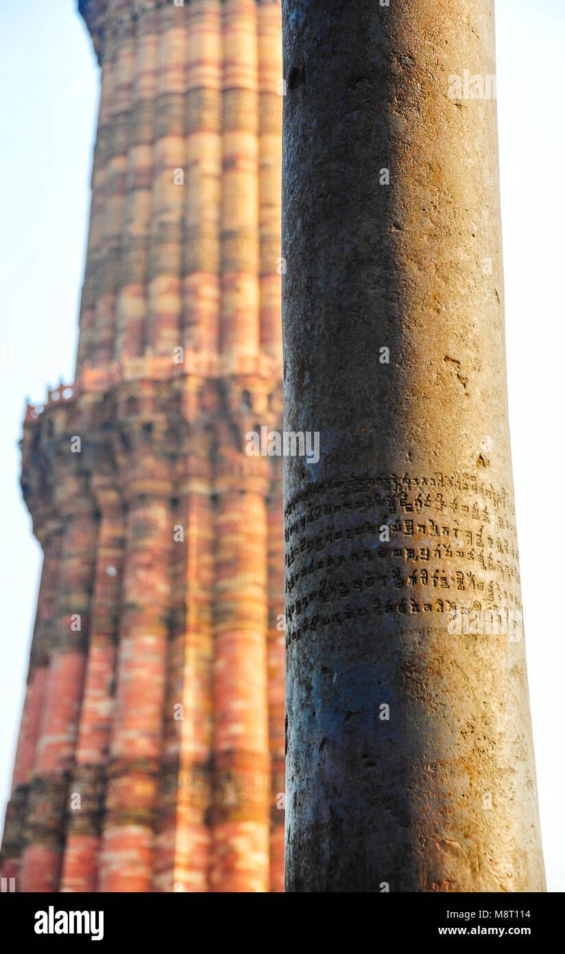 """La """"Colonna di ferro di Delhi - Close up di antica scritta in sanscrito sulla corrosione-libera la colonna Immagini Stock"""