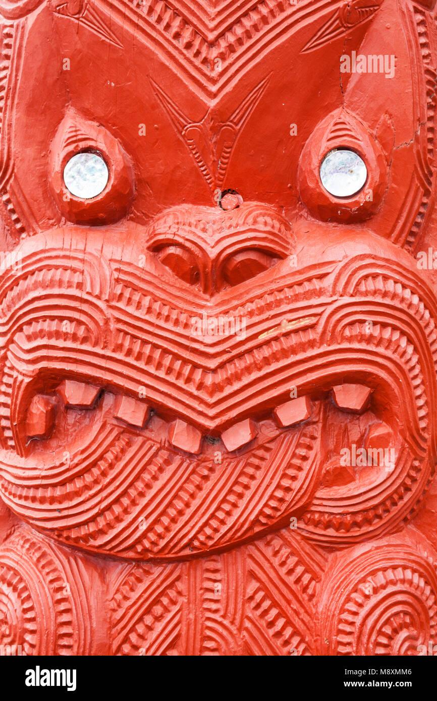 Nuova Zelanda Rotorua Nuova Zelanda whakarewarewa maori rosso carving madreperla decorazione il meeting house wahiao Immagini Stock