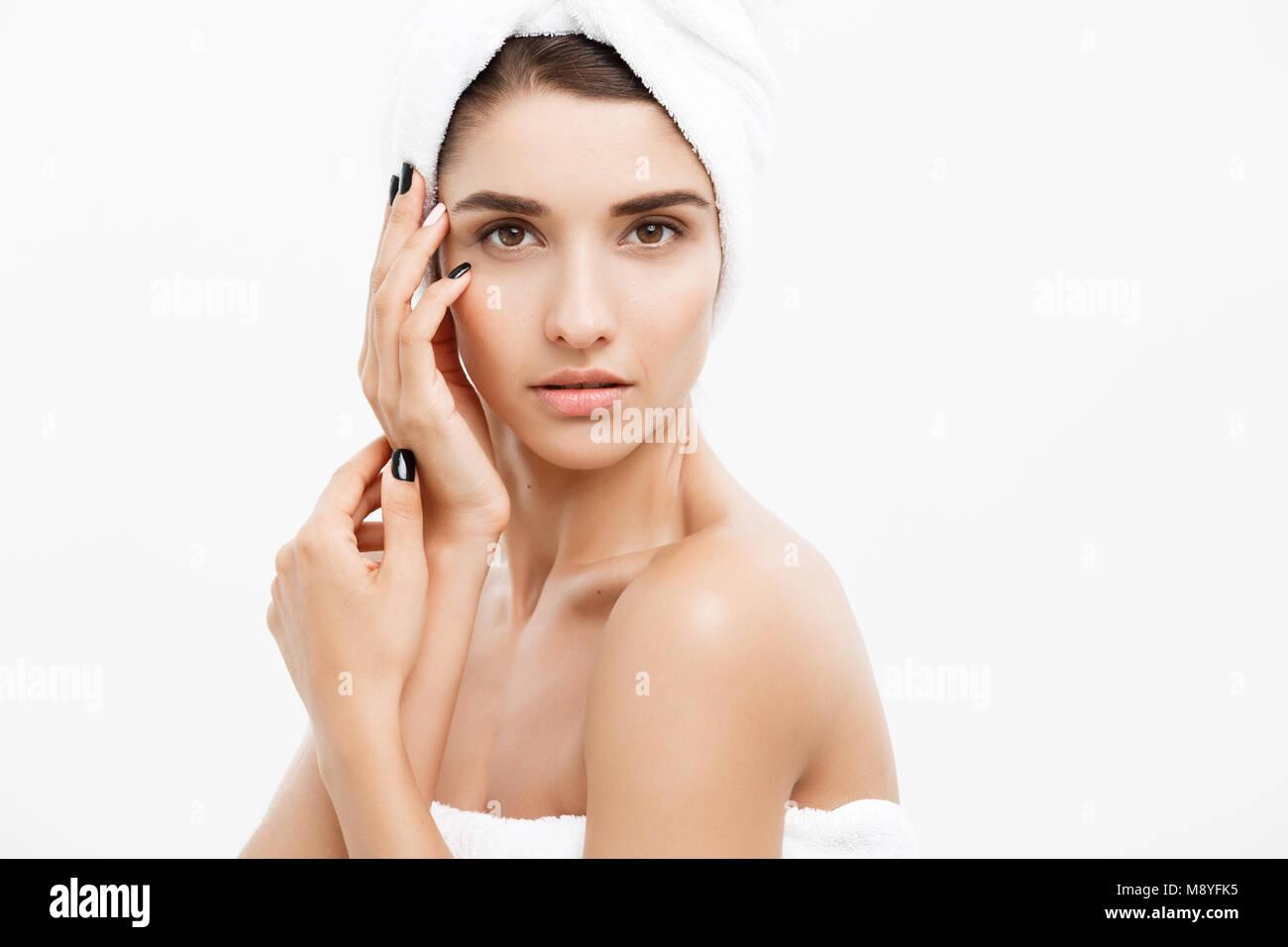 La bellezza e la cura della pelle - concetto vicino la bellissima giovane donna di toccare la sua pelle Immagini Stock