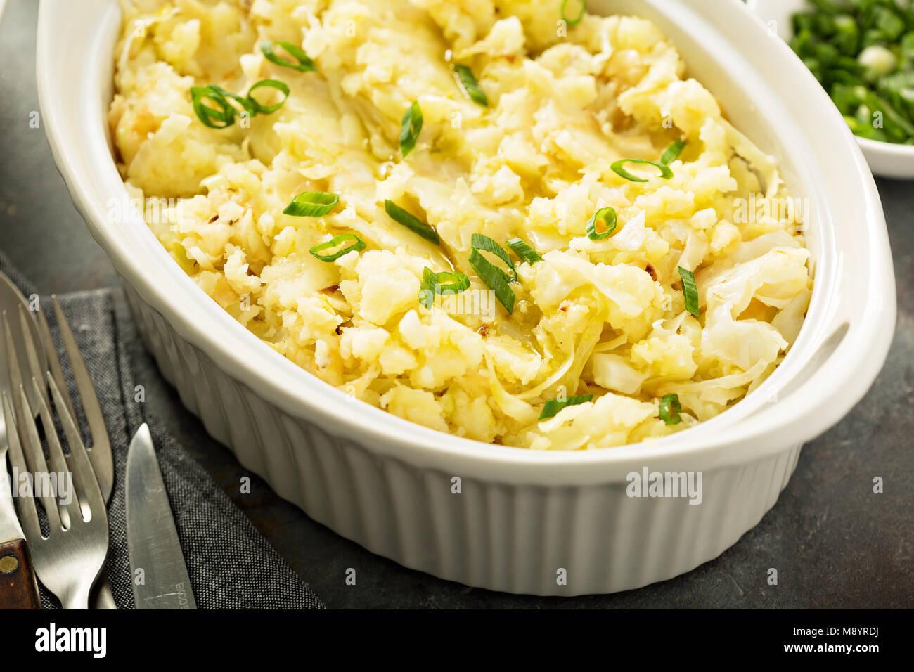 Colcannon, patate e cavolo cappuccio piatto Immagini Stock