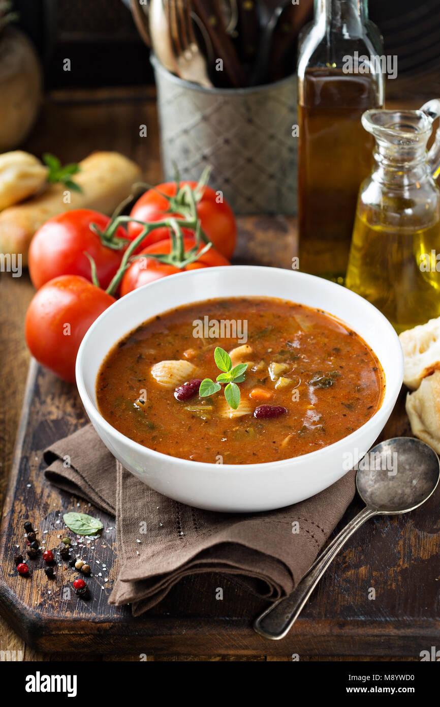 Zuppa di pomodoro con fagioli e pasta Immagini Stock