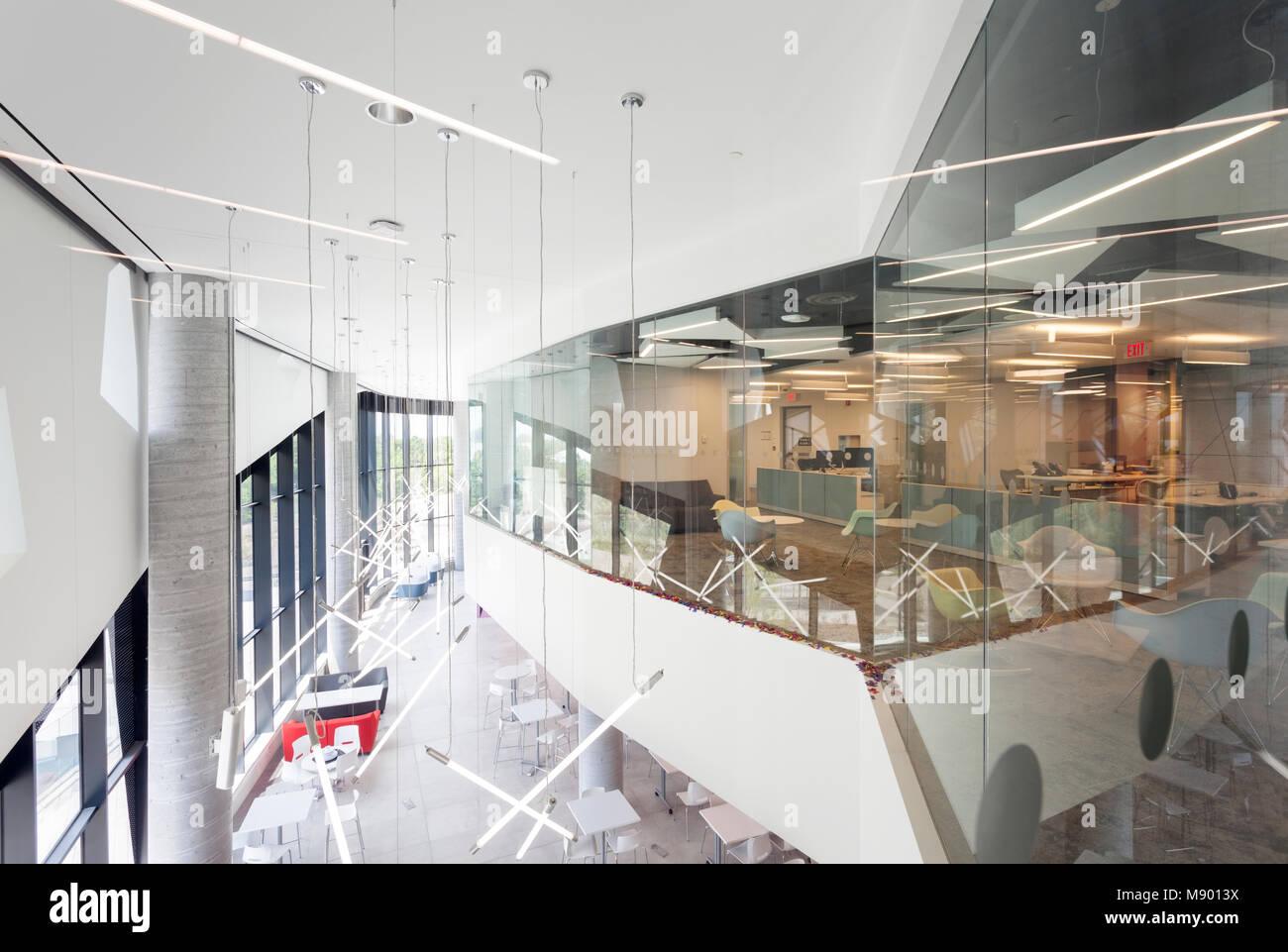 Una vista di una camera di classe e un'area comune all'interno dell'Bergeron centro per eccellenza di Immagini Stock