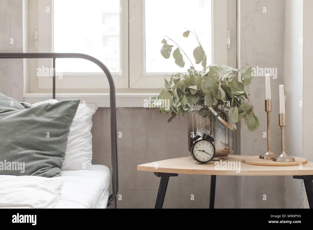 Camera da letto orologio interno impianto vaso sul tavolo di ...