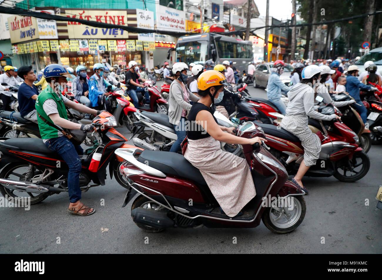 Le motociclette su strada caotica vita traffico. Ho Chi Minh City. Il Vietnam. Immagini Stock