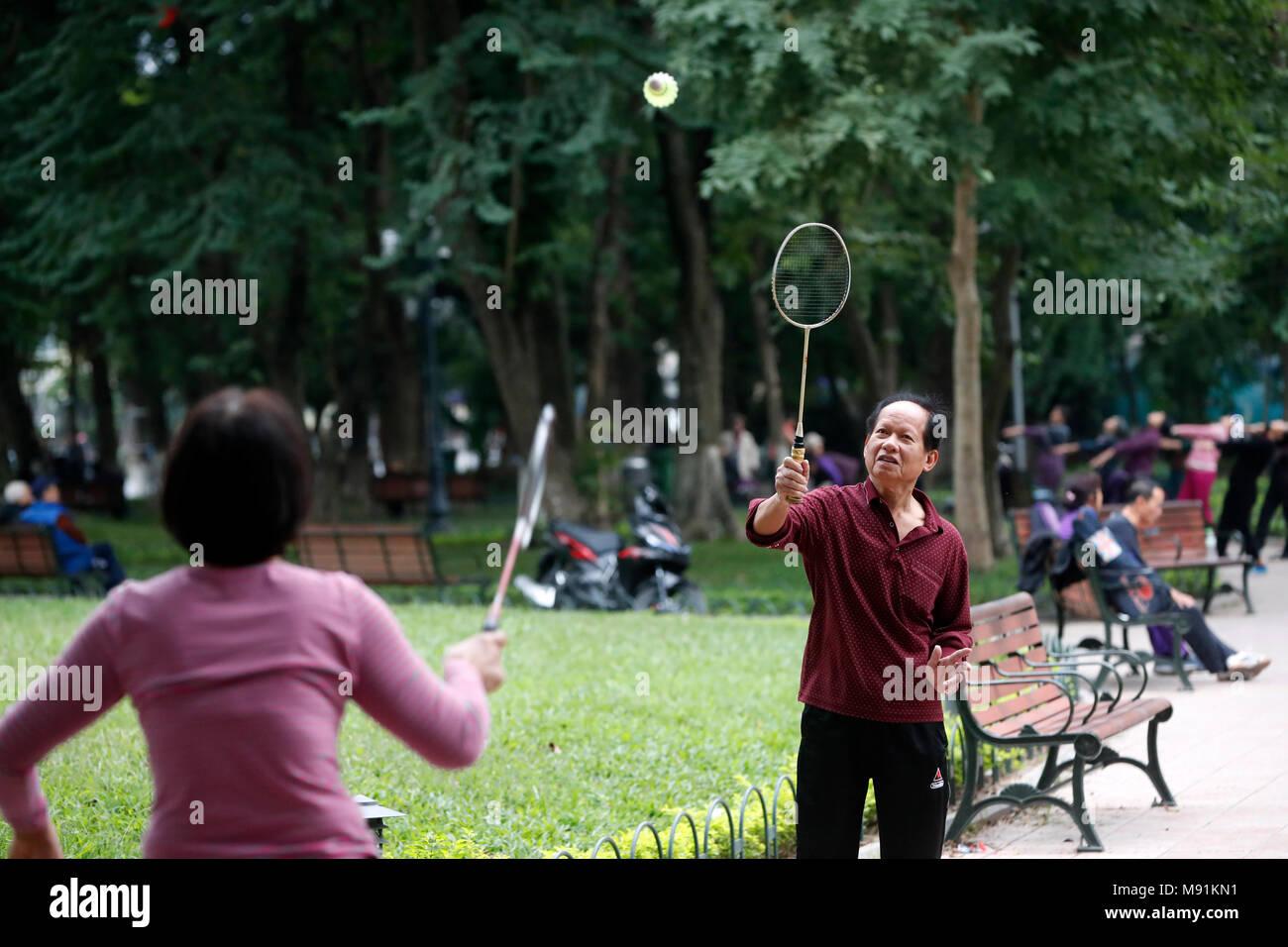 Badminton Giocatori lungo le rive del lago Hoan Kiem. Hanoi. Il Vietnam. Immagini Stock
