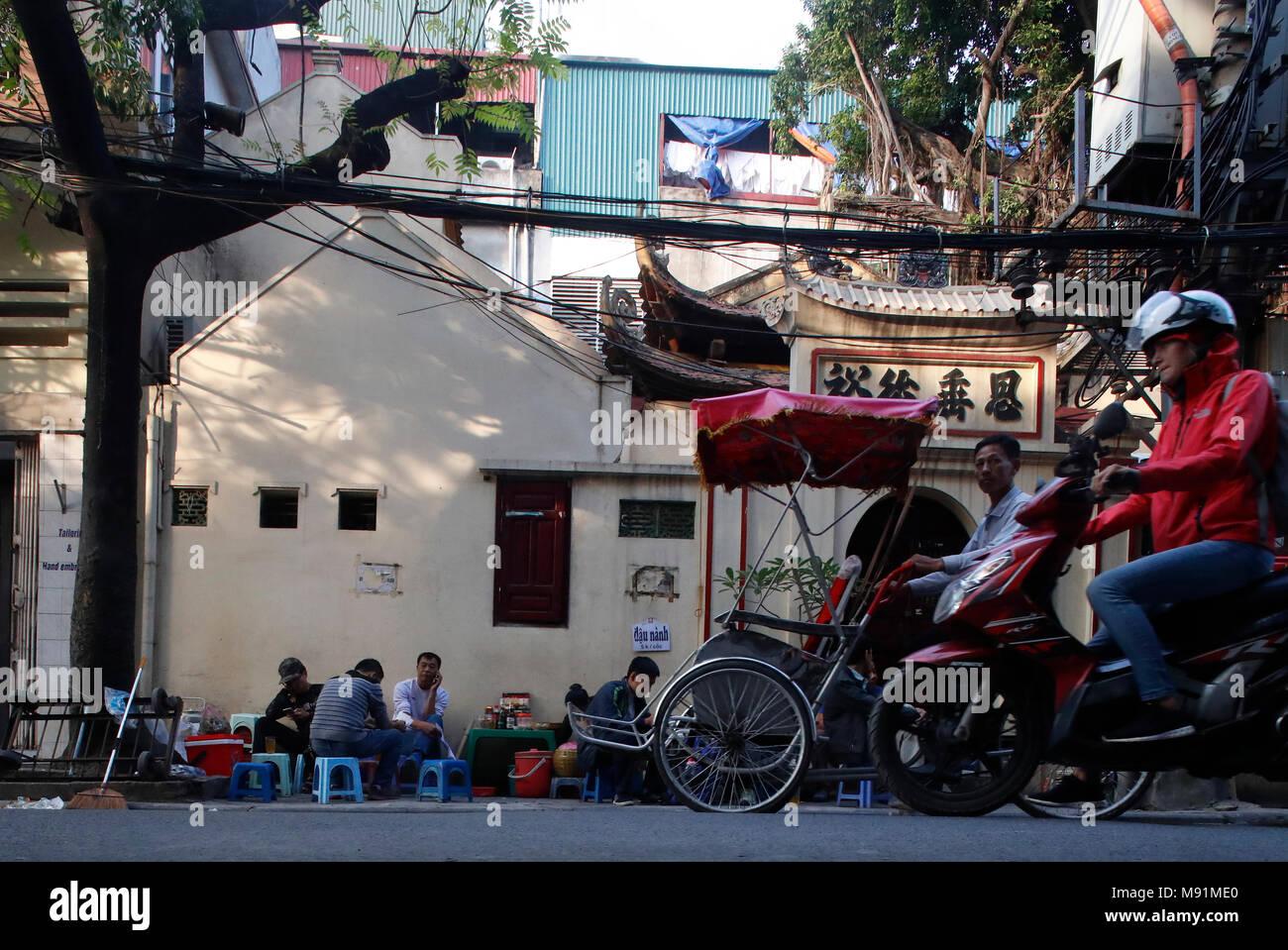 Tipica strada del quartiere vecchio di Hanoi. Caotica vita di strada di traffico. Il Vietnam. Immagini Stock