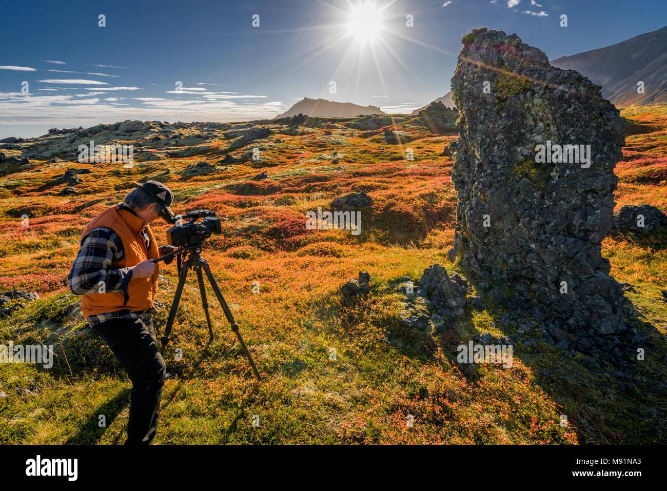 Photographer-Autumn, Arnarstapi, Snaefellsnes Peninsula, Islanda. Immagini Stock