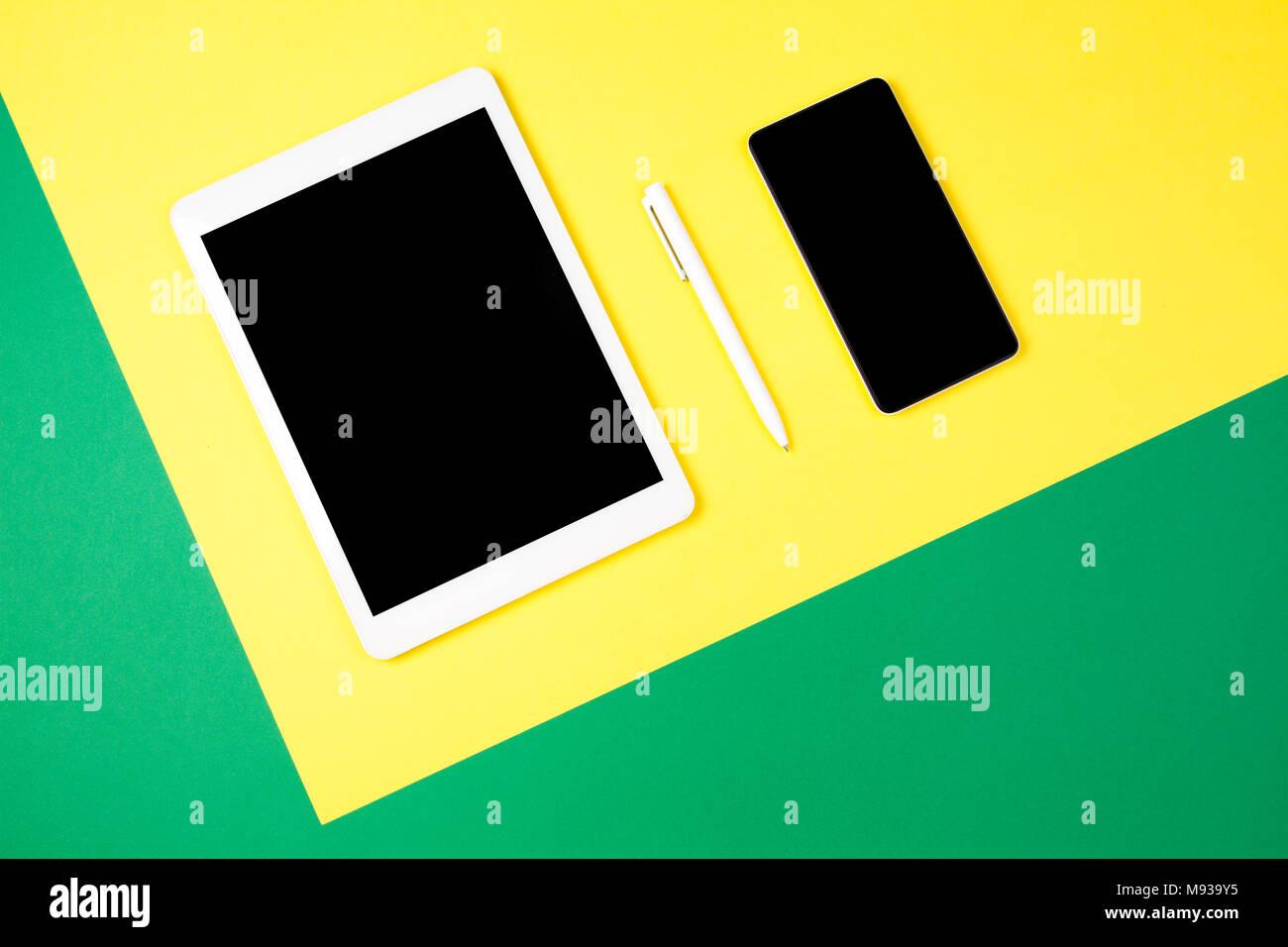 Tavoletta Digitale Del Computer E Del Telefono Cellulare Sul Giallo