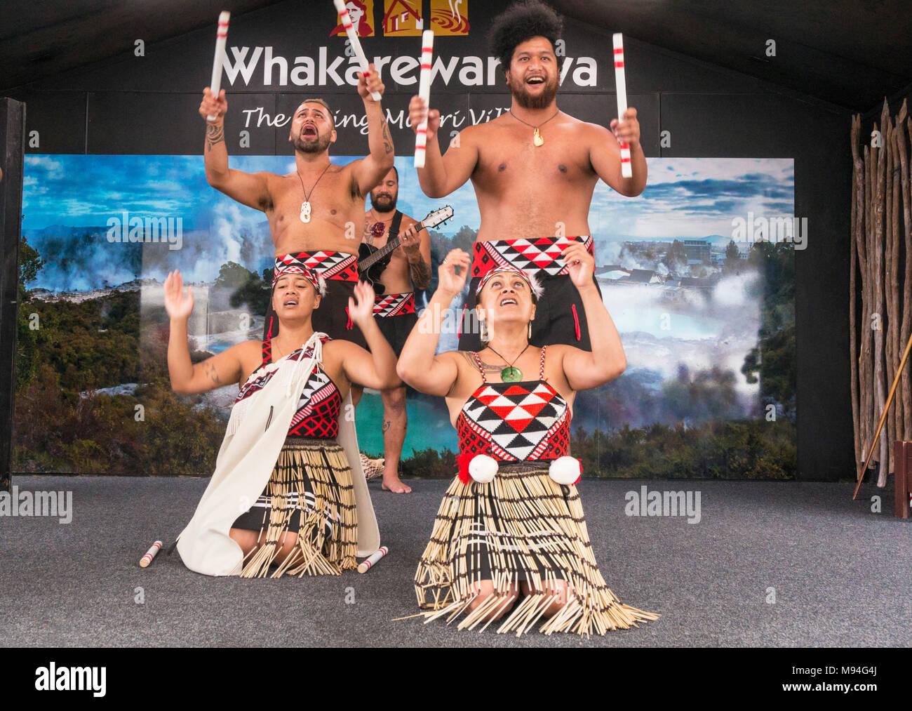 Nuova Zelanda Rotorua Nuova Zelanda whakarewarewa rotorua culturale maori spettacolo di intrattenimento con quattro ballerini maori nz Isola del nord della Nuova Zelanda Oceania Immagini Stock