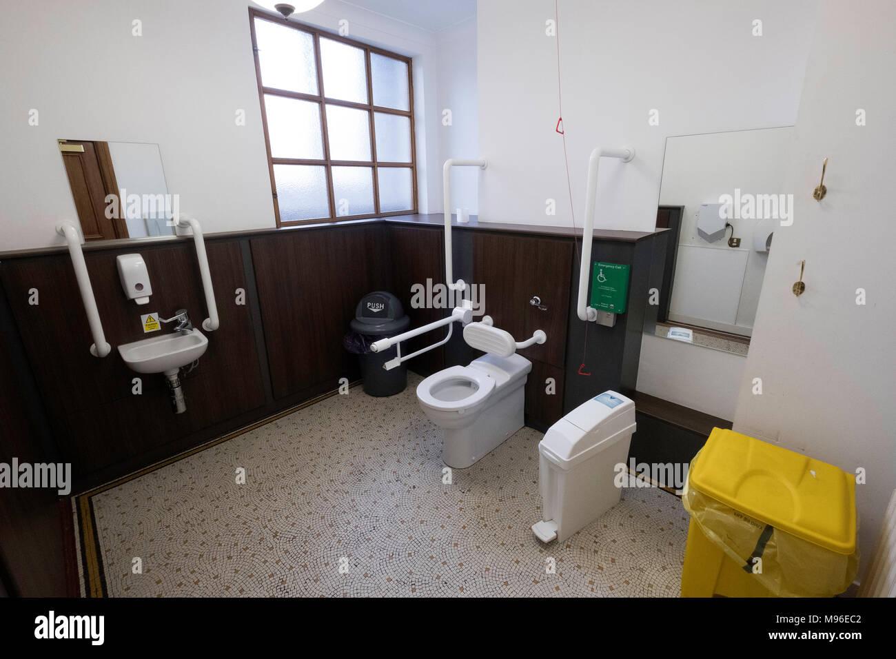 Interno Del Moderno Bagno Per Disabili Nel Palazzo Comunale Foto