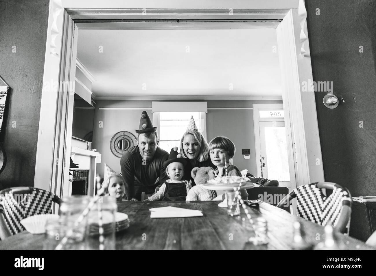 La famiglia che posano per una foto alla fine della tabella Immagini Stock