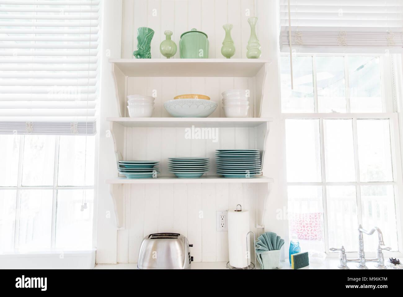 Ripiani di cucina con piastre verde/bocce e tostapane Immagini Stock