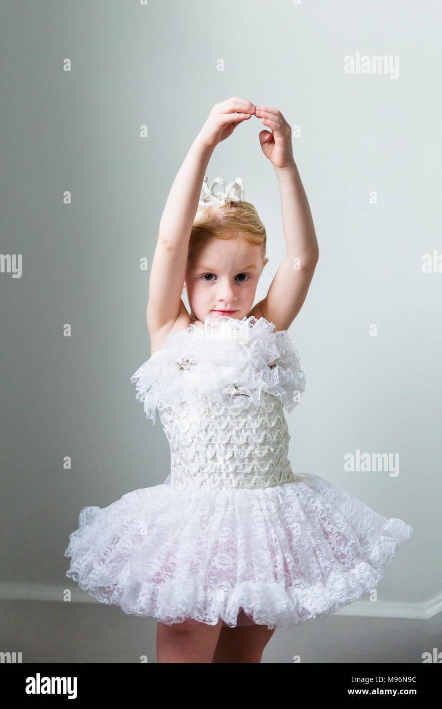 Ballerina ragazza in abito bianco Immagini Stock