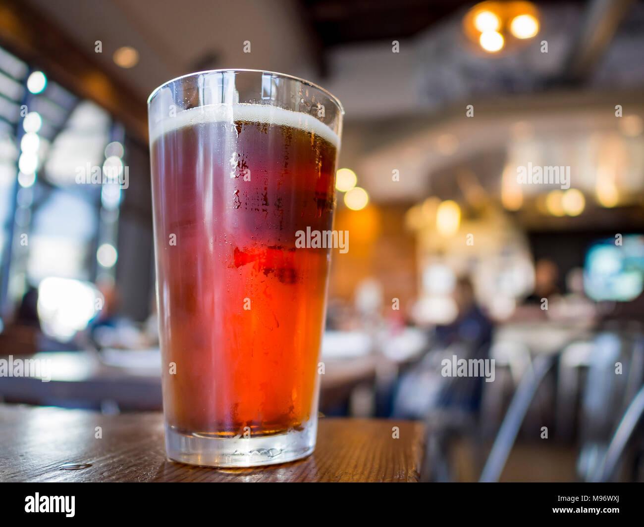 Immagine ravvicinata di un vetro a freddo IPA la birra, bevanda a Los Angeles Immagini Stock