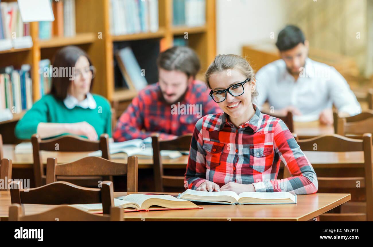 Studiare in biblioteca Immagini Stock