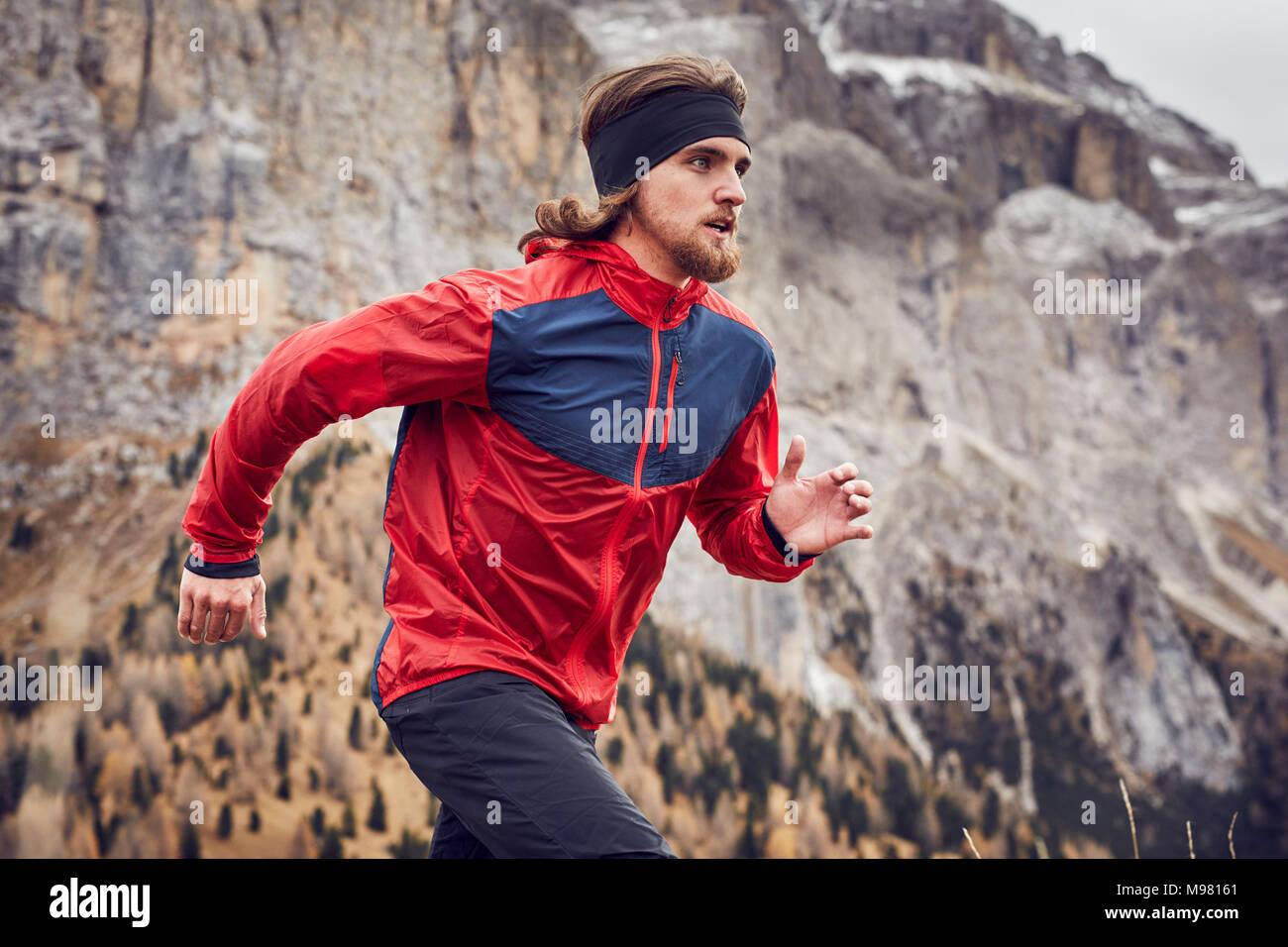 Uomo correre in montagne Immagini Stock