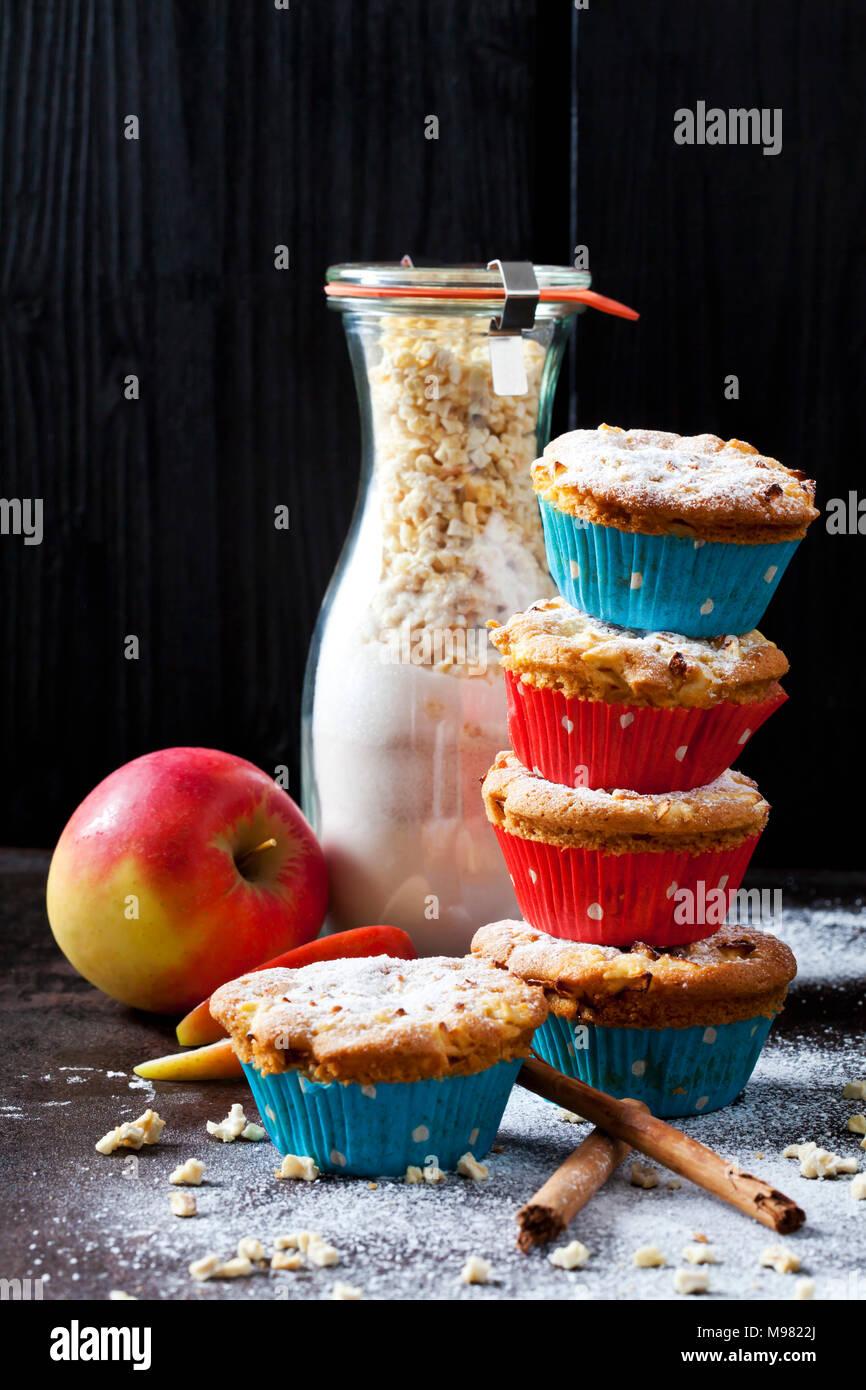 Apple muffin alla cannella e bottiglia di vetro del mix di cottura Immagini Stock