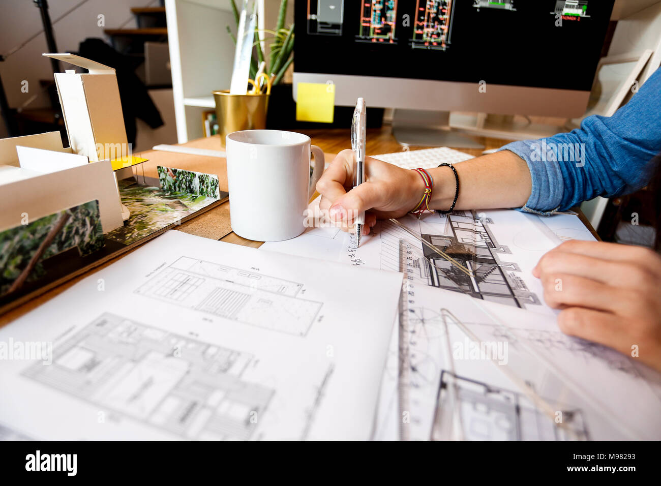 Giovane donna che lavorano in ufficio di architettura, progetti di disegno Foto Stock