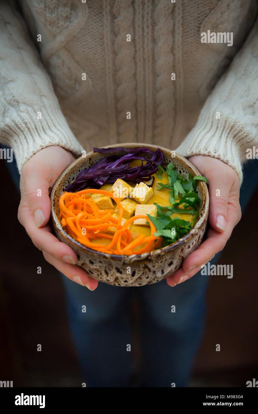 Curcuma curry piatto con la carota, tofu, cavolo rosso e il prezzemolo nel recipiente Immagini Stock