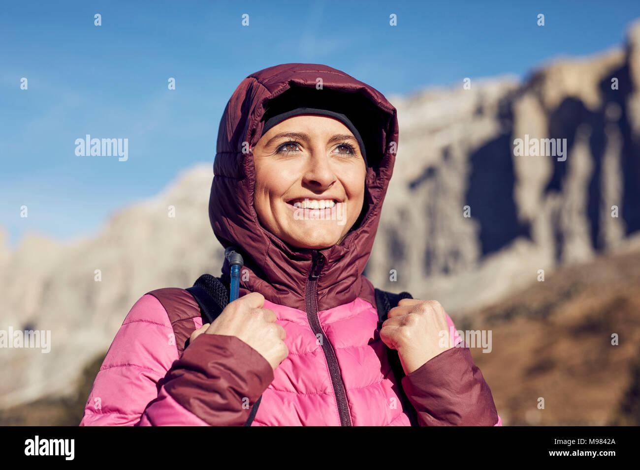 Ritratto di fiducioso giovane donna escursioni in montagna Immagini Stock