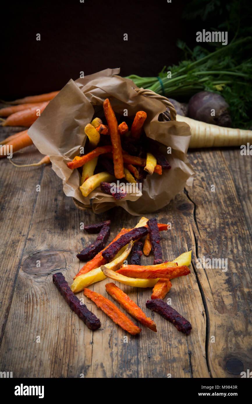 Organici di barbabietole, carote e pastinaca patate fritte Immagini Stock