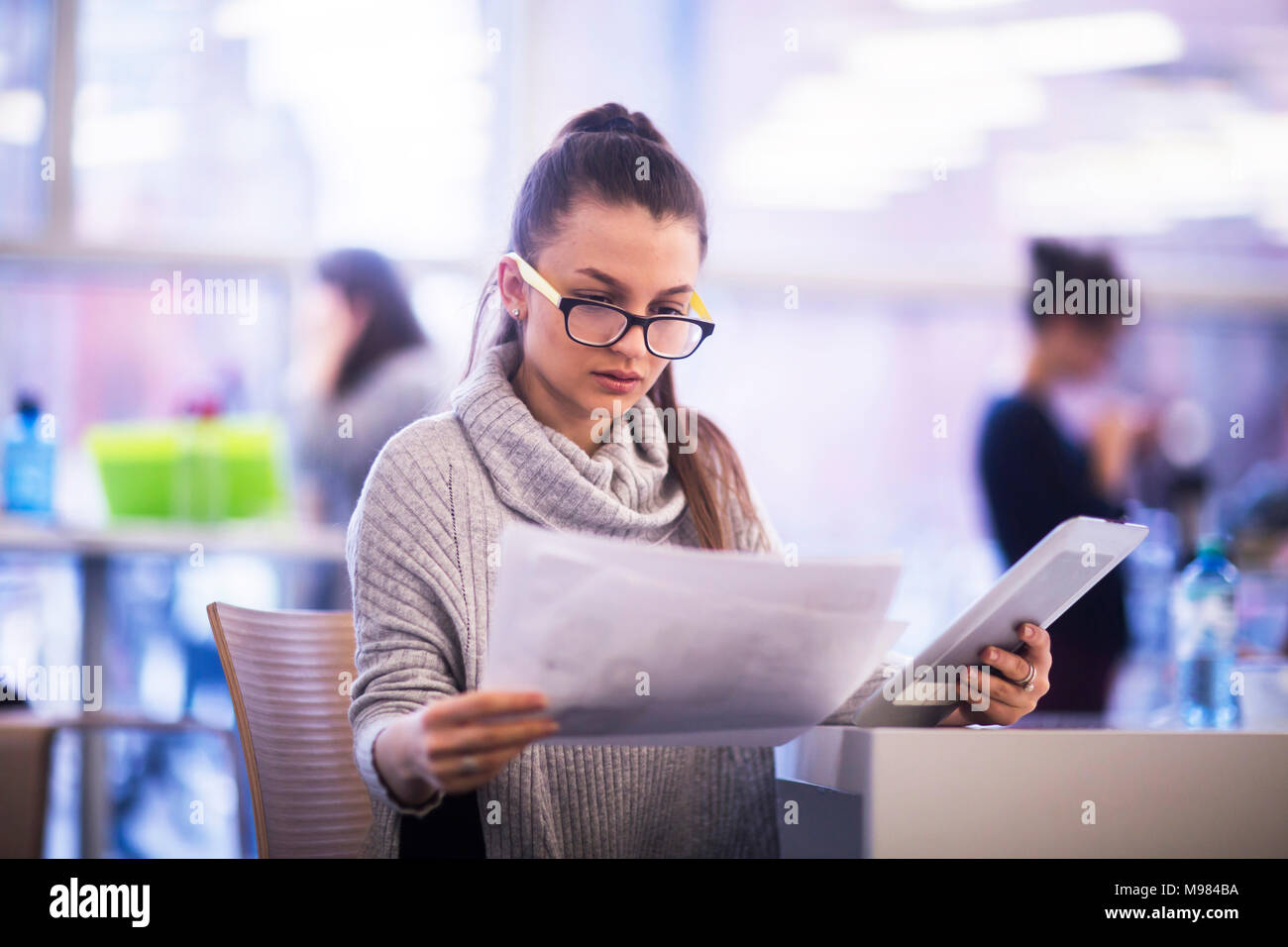 Ritratto di giovane donna lavora in un ufficio Immagini Stock