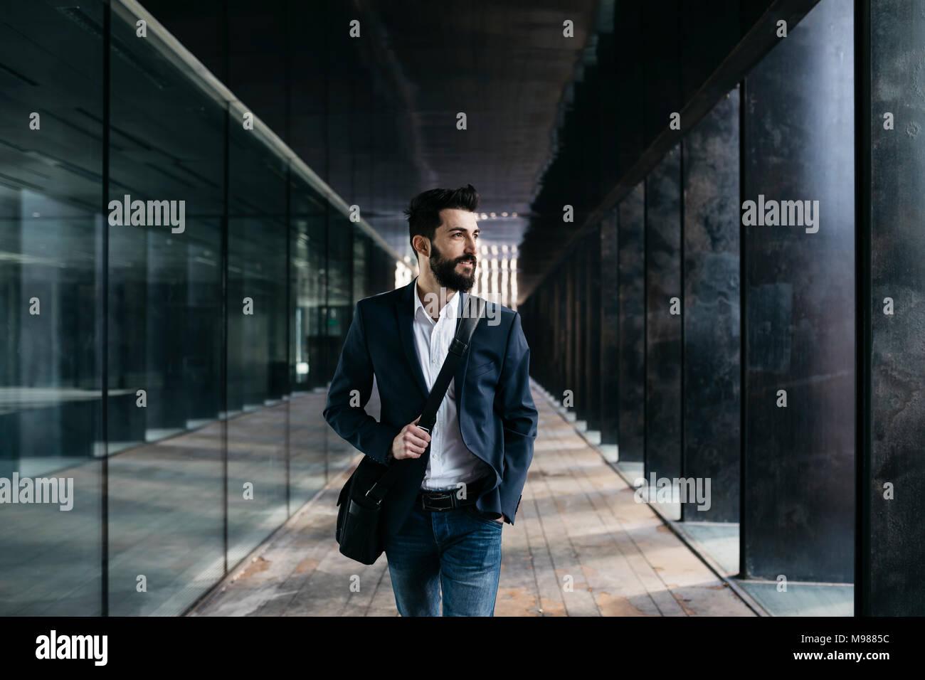 Imprenditore a piedi lungo porticato Immagini Stock
