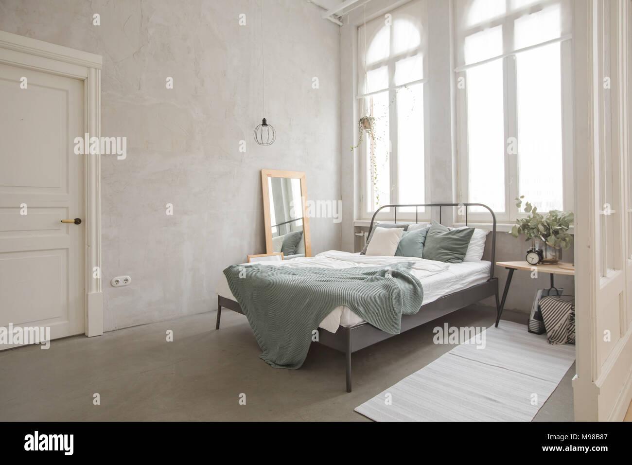 Camera Da Letto Bianco E Grigio : Interno di colore bianco e grigio accogliente camera da letto foto