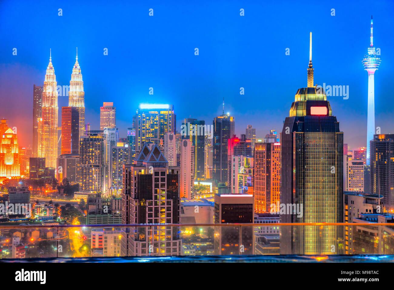 Kuala Lumpur, Malesia. Lo skyline di notte Immagini Stock