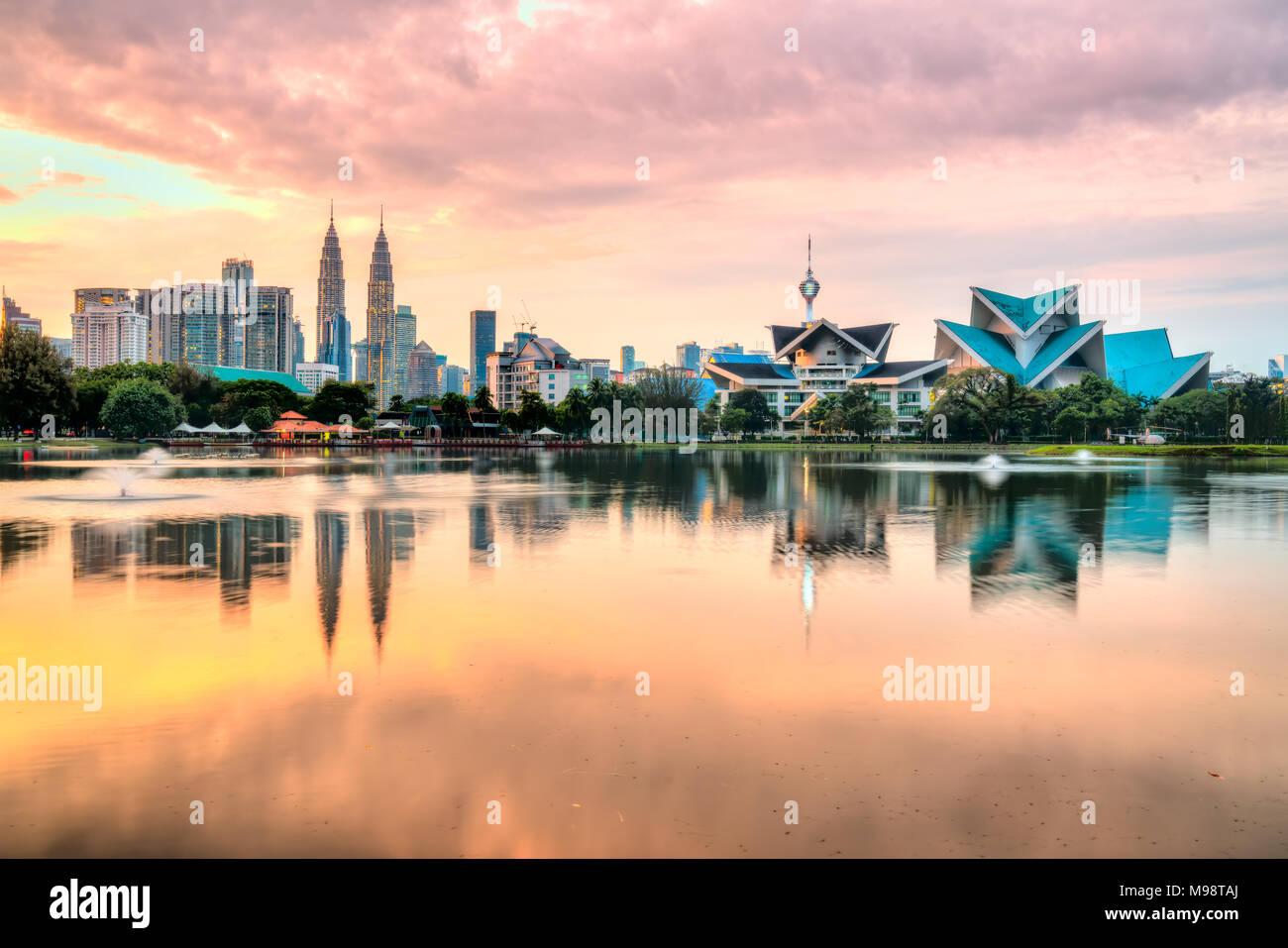 Kuala Lumpur, Malesia. Skyline tramonto dal Parco Titiwangsa. Immagini Stock