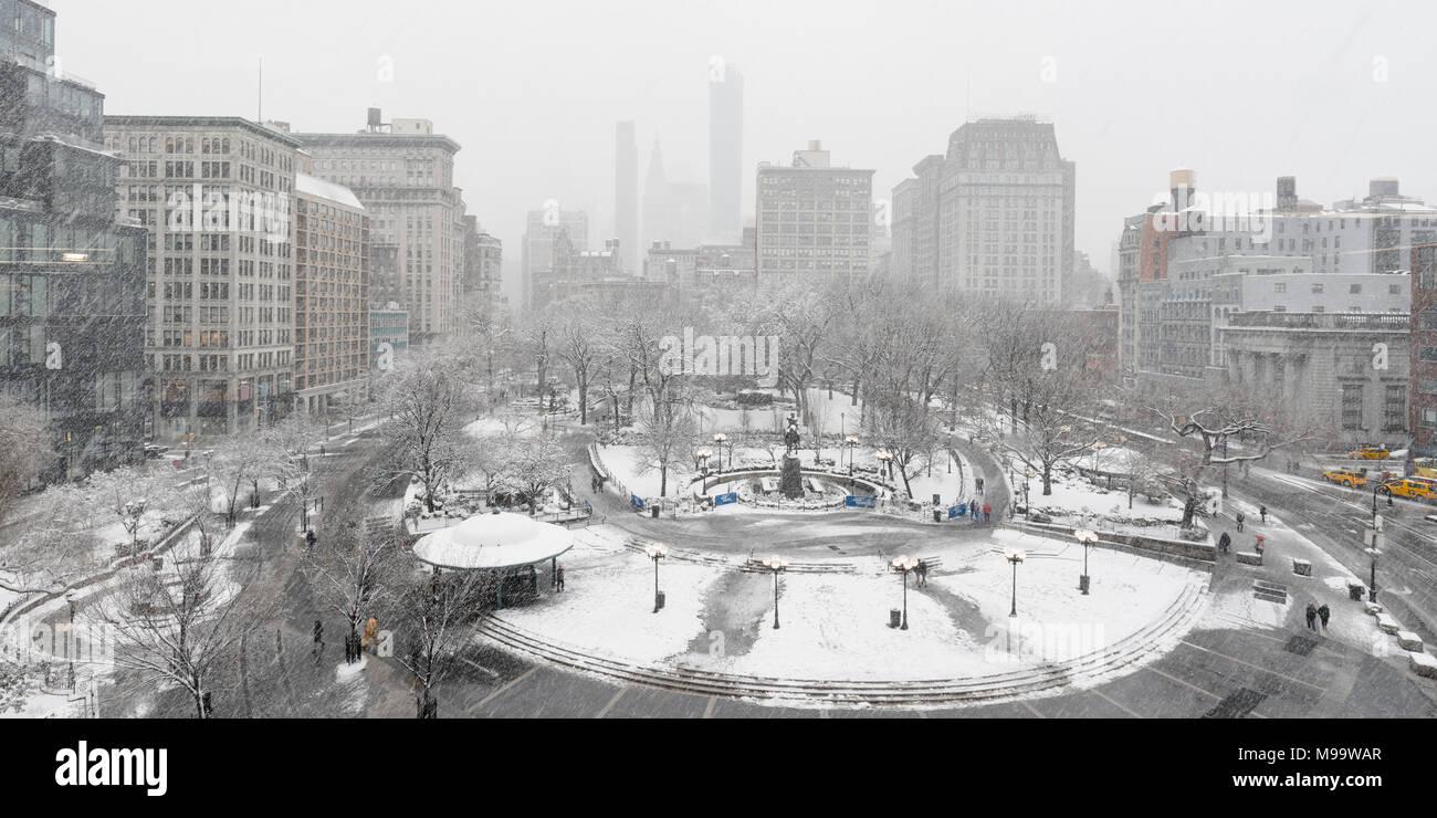New York City, NY, Stati Uniti d'America - 21 Marzo 2018: Union Square Park in inverno sotto la neve. Manhattan Foto Stock