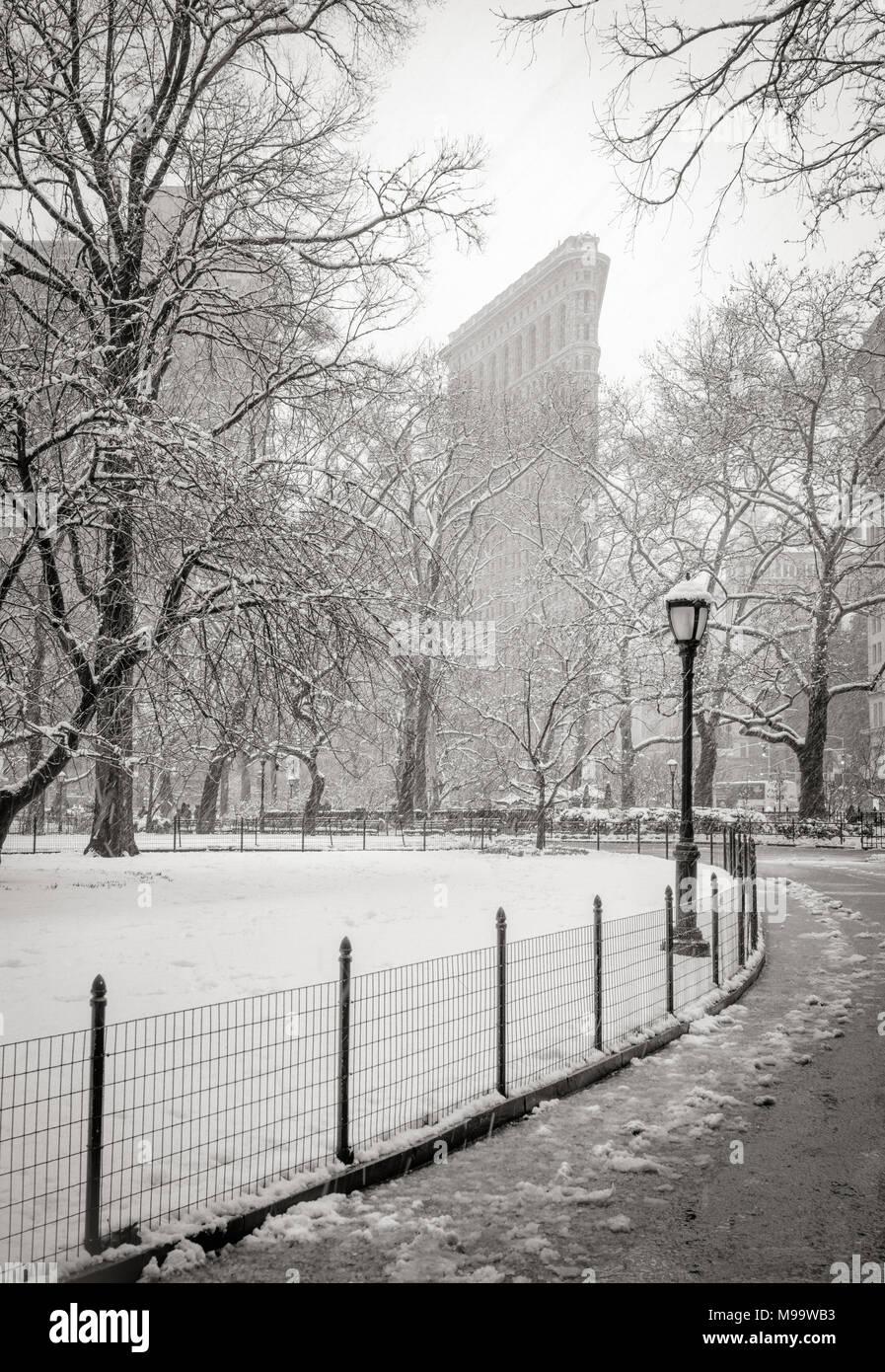 New York City, NY, Stati Uniti d'America - 21 Marzo 2018: Flatiron Building dal Madison Square Park con nevicata. (Bianco e nero) Flatiron District, Manhattan Foto Stock