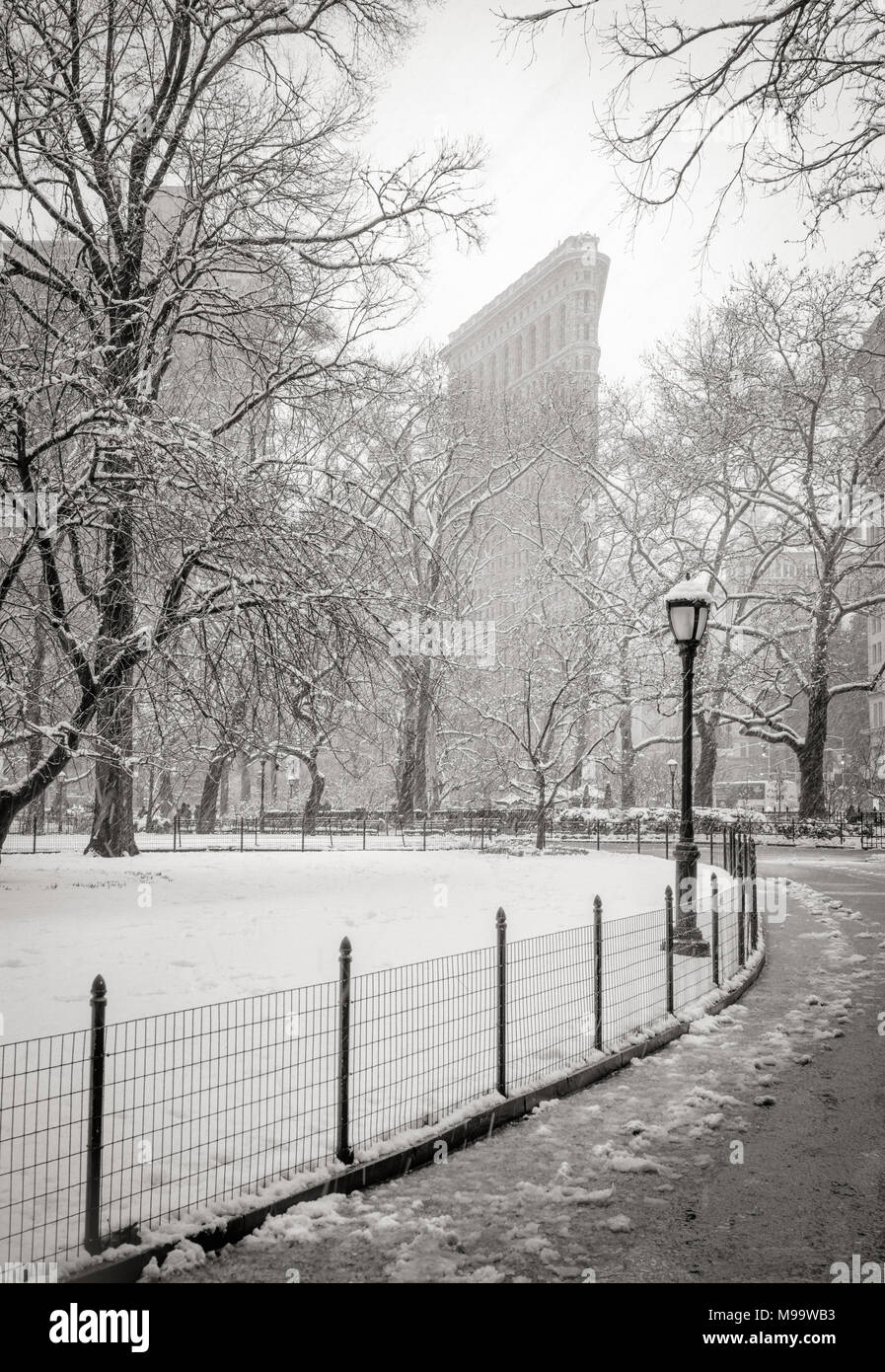New York City, NY, Stati Uniti d'America - 21 Marzo 2018: Flatiron Building dal Madison Square Park con nevicata. (Bianco e nero) Flatiron District, Manhattan Immagini Stock