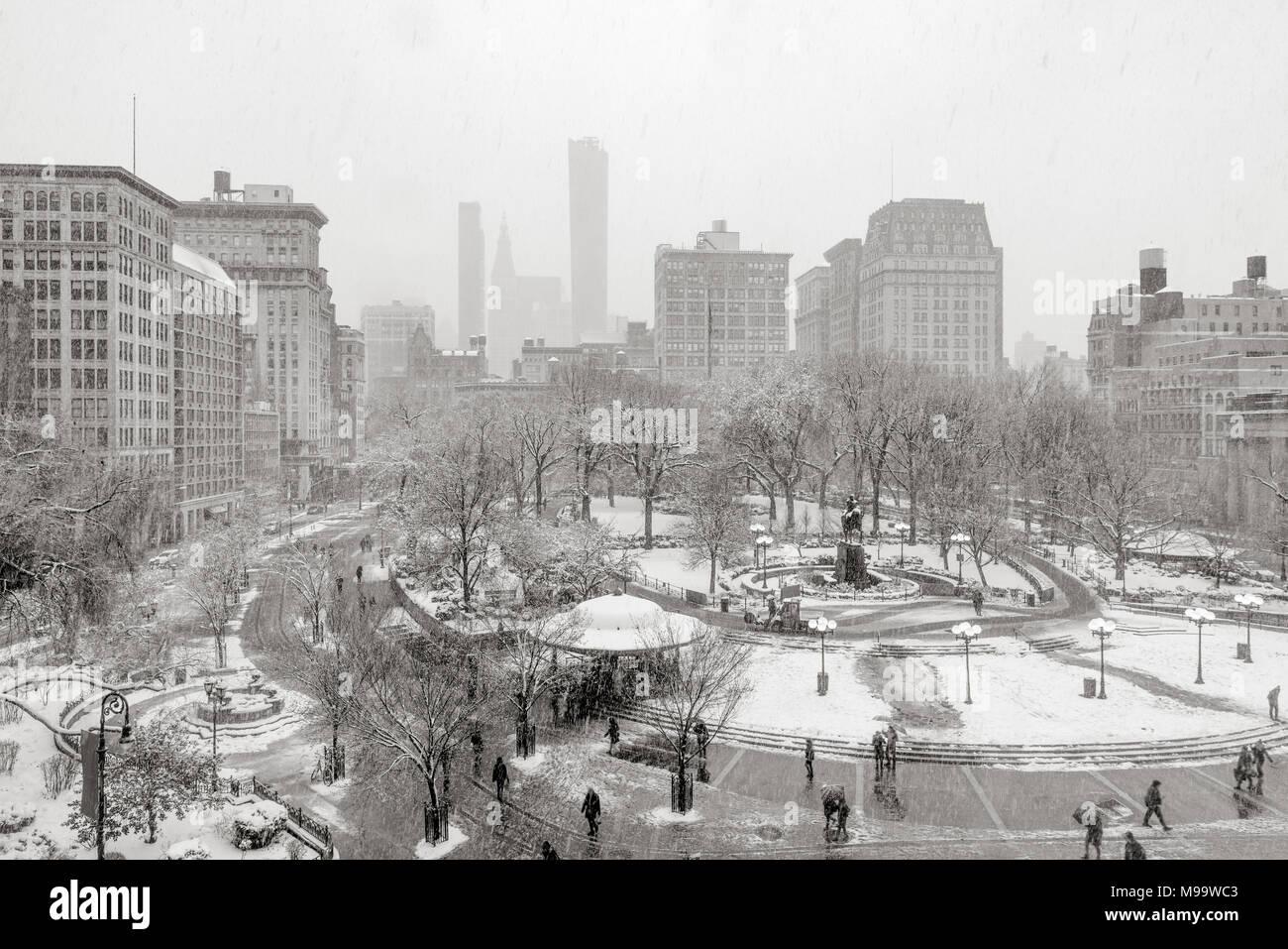 Union Square Park in inverno sotto la neve (nero & bianco). Manhattan, New York City Immagini Stock