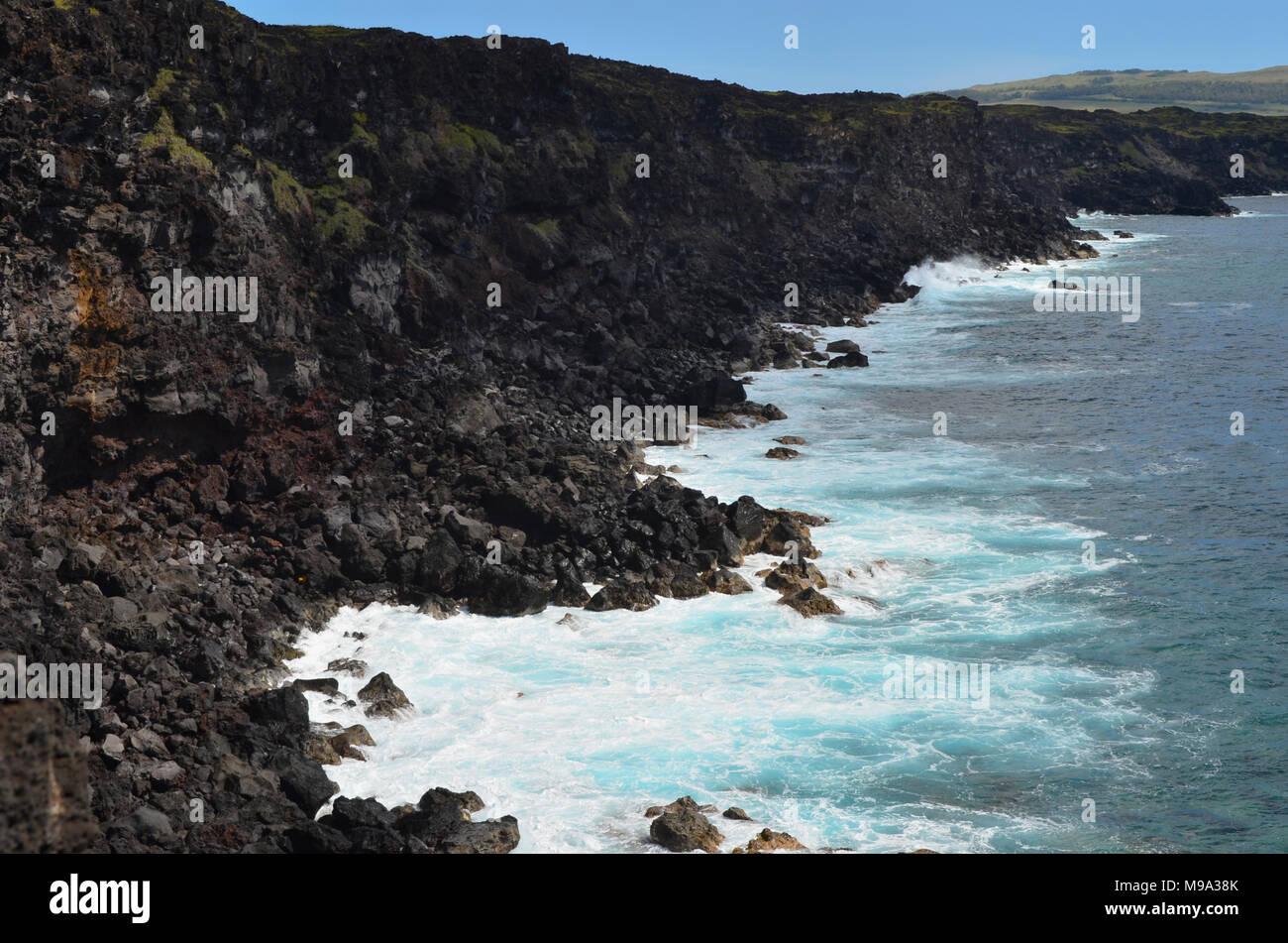 Aspre scogliere vulcaniche e la fascia costiera di Rapa Nui Island (l'Isola di Pasqua) Immagini Stock