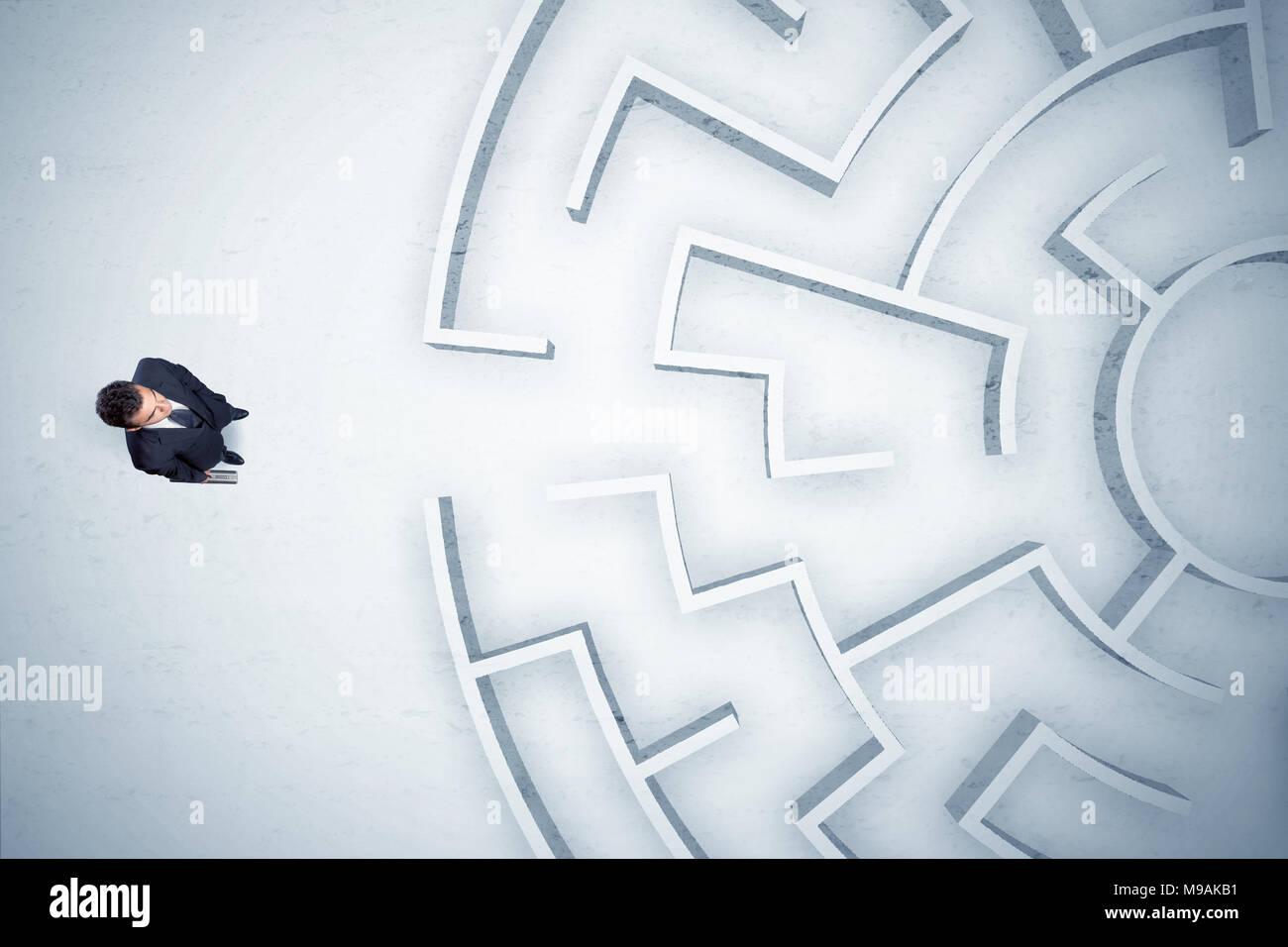 Affari stressante un uomo guarda il labirinto circolare con nessun posto dove andare Immagini Stock