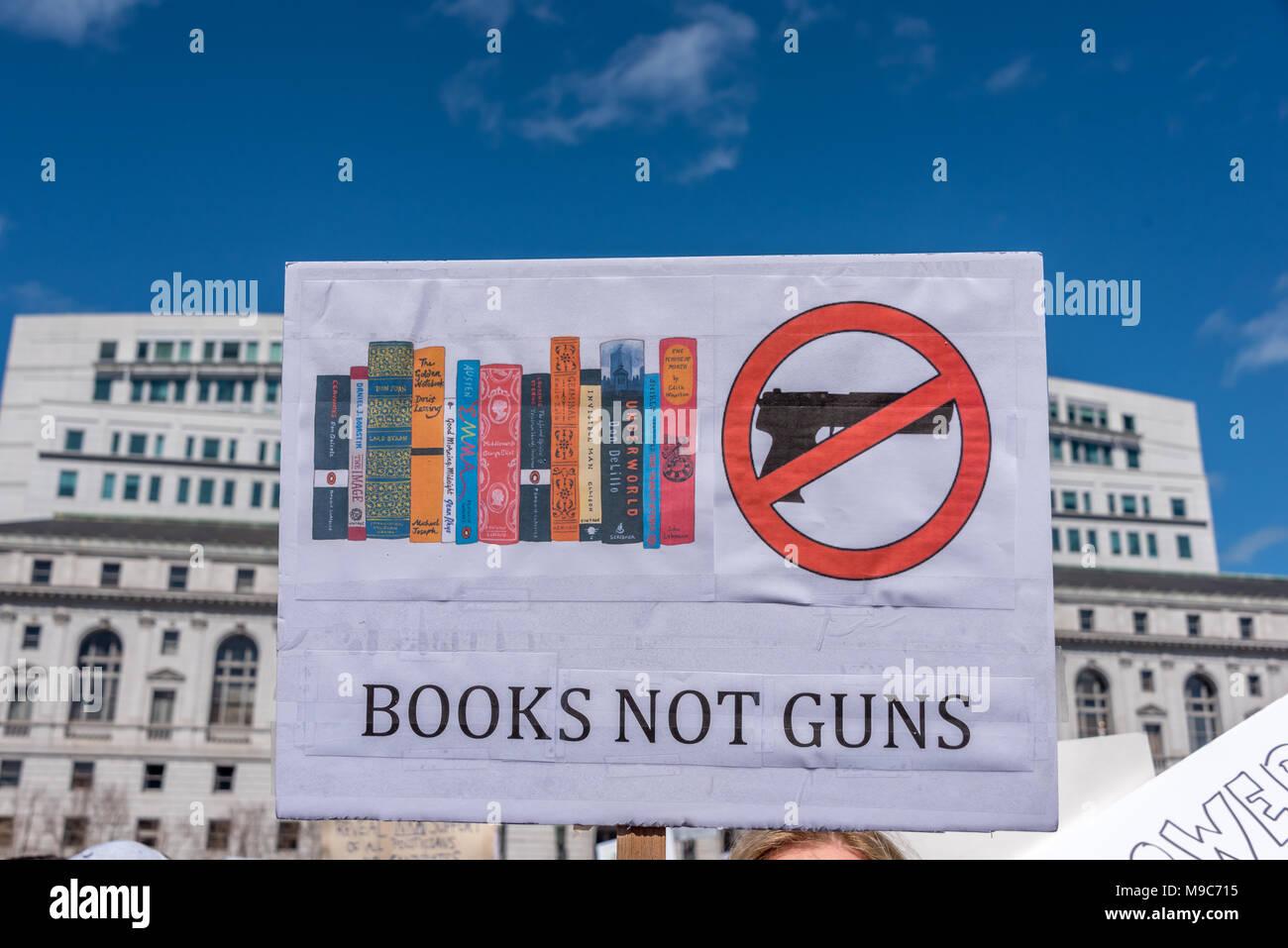 """San Francisco, Stati Uniti d'America. Il 24 marzo 2018. Una lettura del segno """"libri non guns' sorge sopra la folla a marzo per la nostra vita rally e da marzo a chiamata per il controllo dell'arma e la fine della violenza pistola. Shelly Rivoli/Alamy Live News Immagini Stock"""