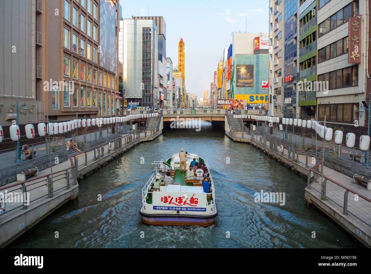 Turisti che si godono la crociera sul canal, Osaka, Giappone Immagini Stock