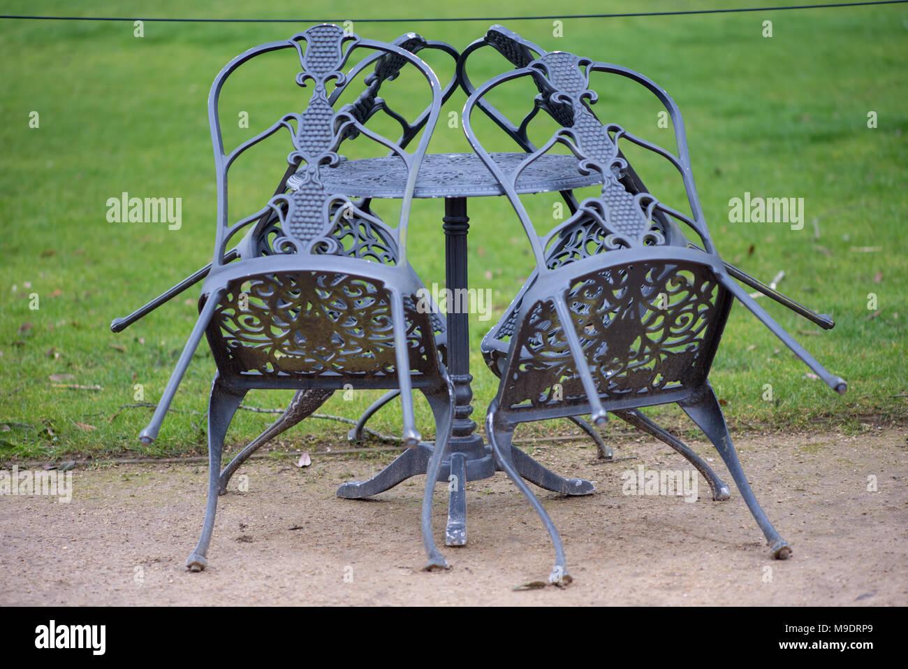 Mobili Da Giardino In Ferro : Ferro battuto mobili da giardino con tavolo e sedie impilate per