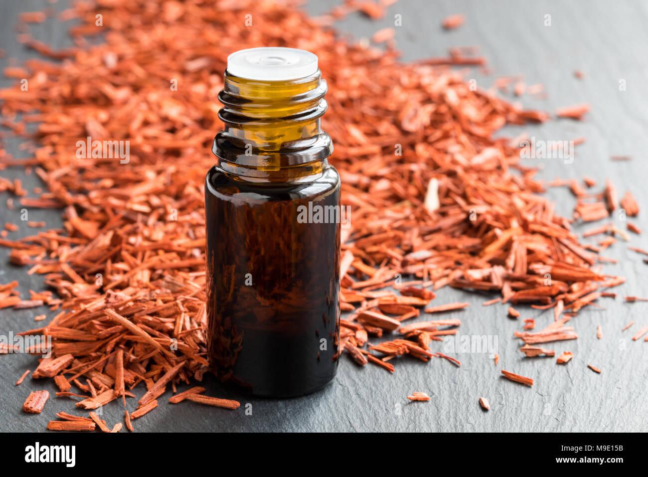 Una bottiglia di legno di sandalo olio essenziale di legno di sandalo in  background 80c42c79a82
