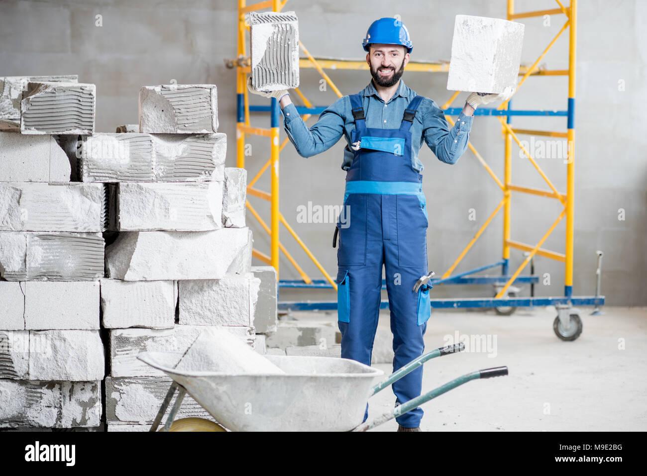 Builder con blocchi in ambienti interni Immagini Stock