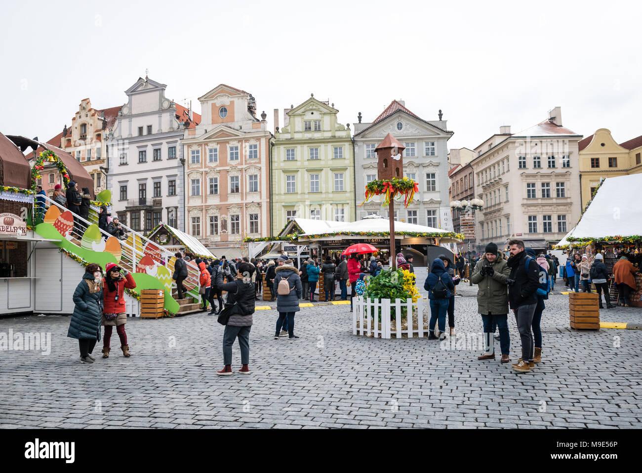 Praga, Repubblica Ceca- Marzo 18, 2018: persone che visitano Praga pasqua mercato sulla piazza della città vecchia. I mercati di Pasqua (Velikonocni trhy) celebrare t Foto Stock
