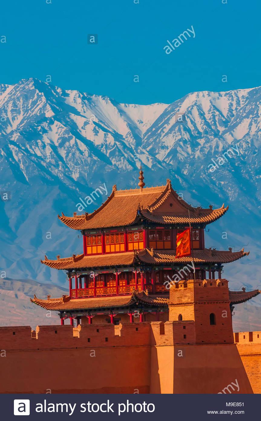 Jiayuguan Fort è l'estremità occidentale della grande muraglia costruita nella dinastia Ming (1368 - 1644). È stato un importante fortezza militare e la chiave waypoint o Immagini Stock