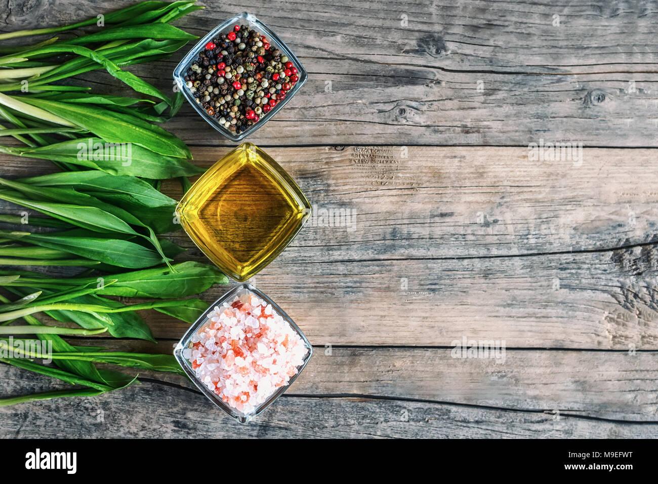 Olio d\'oliva, sale e pepe. Spezie su un tavolo di legno ...