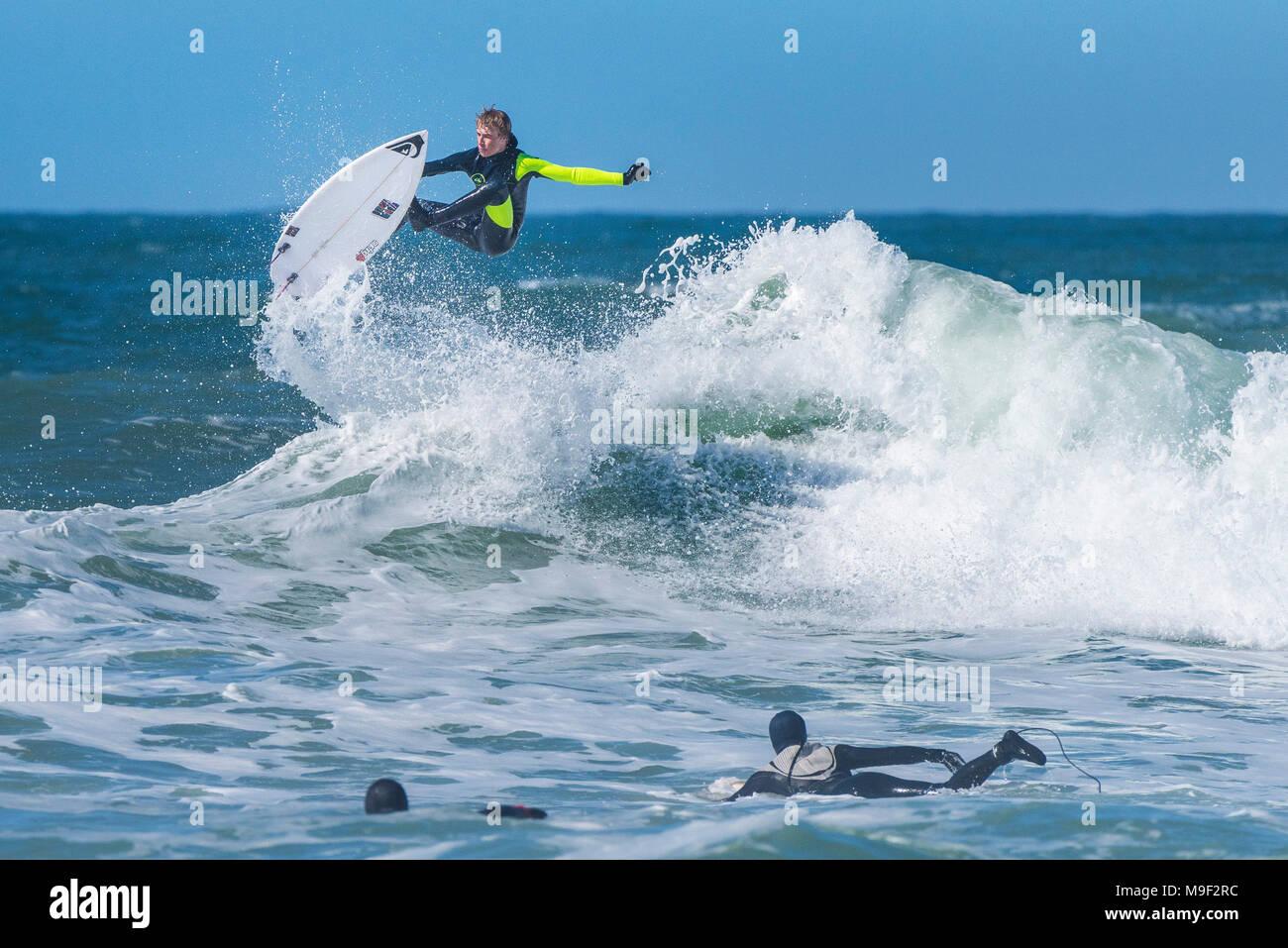Newquay, Cornwall, Regno Unito. Xxv Marzo 2018. Superba condizioni meteo portato fuori spettacolare azione di surf a Fistral in Newquay, Cornwall. Credito: Gordon Scammell/Alamy Live News Foto Stock
