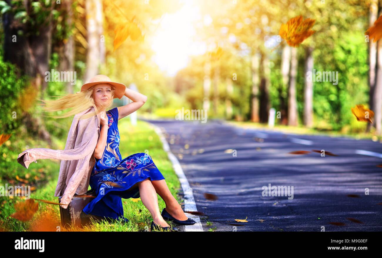 Divertenti Donna In Un Cappello In Una Giornata Di Vento è In Attesa